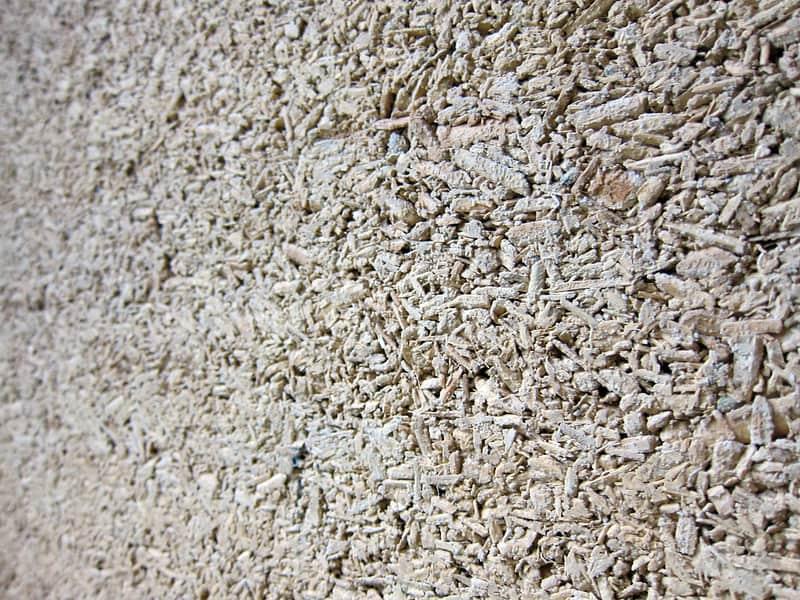 Afbeelding van vernieuwend bouwmateriaal 'hempcrete' waarbij hennepvezels zijn gemengd met grondstoffen van beton.